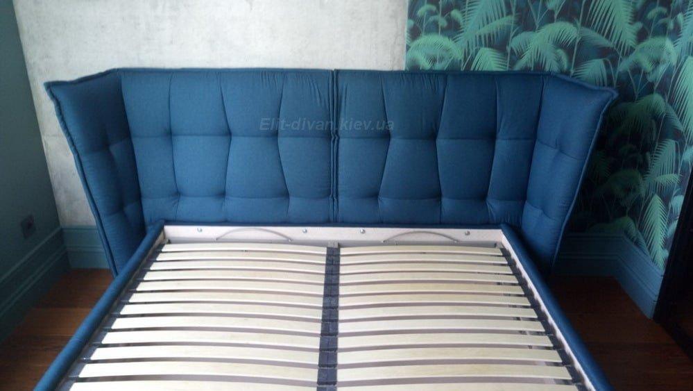 синяя кровать с мягким изголовьем