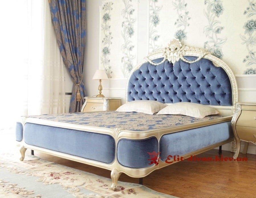 синяя кровать на ножках