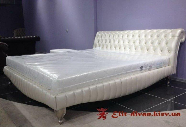 белая мягкая кровать