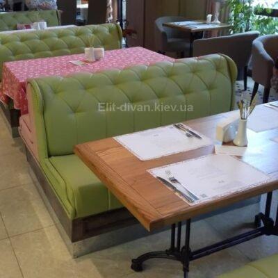зеленые кресла в ресторане
