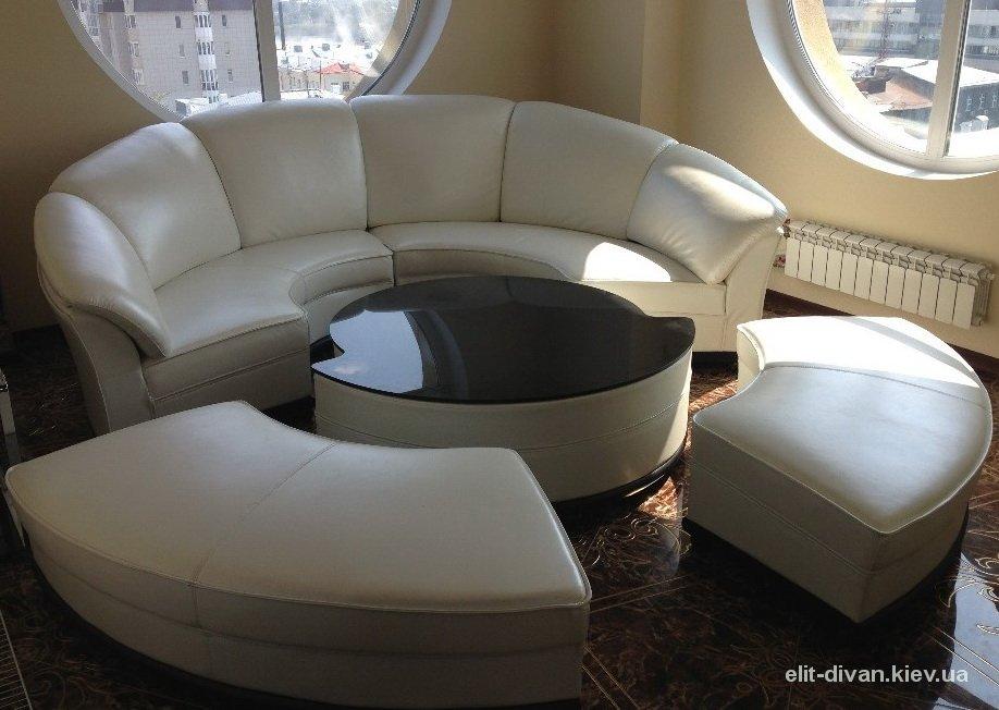 круглый диван со столиком
