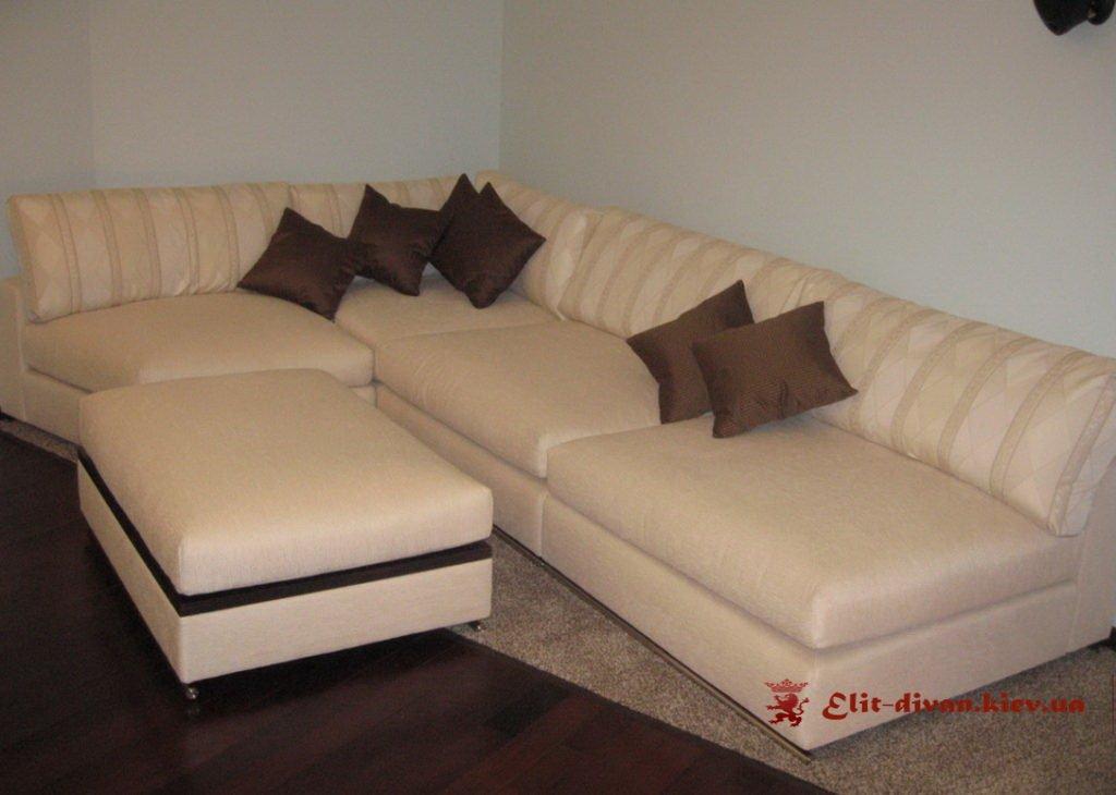 диван с подушками и пуфом