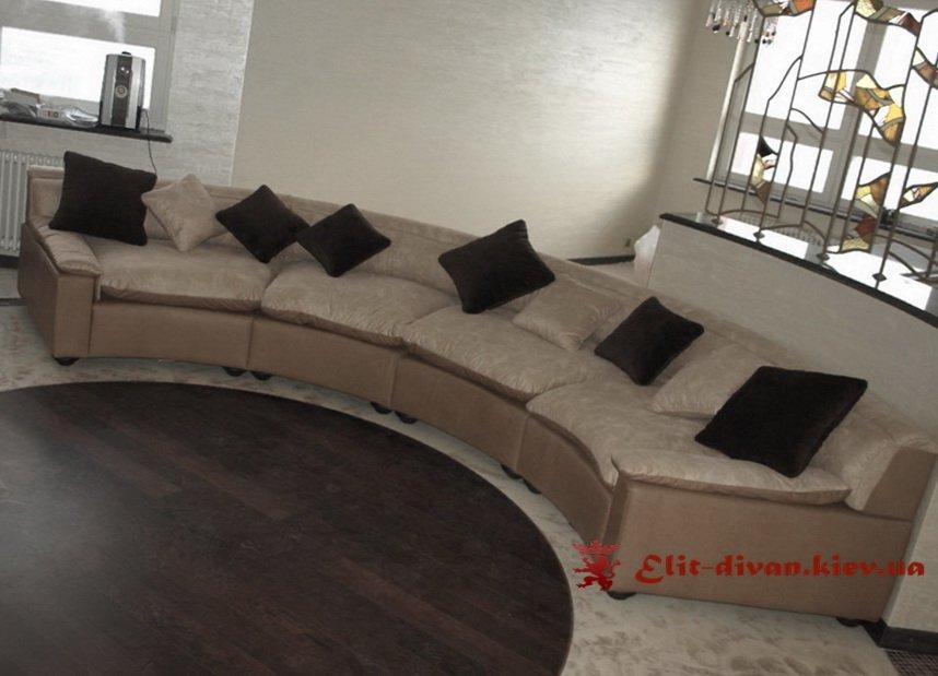 радиусный диван с подушками