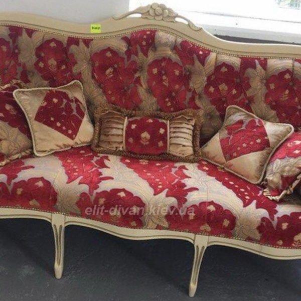диван стилизован под рококо