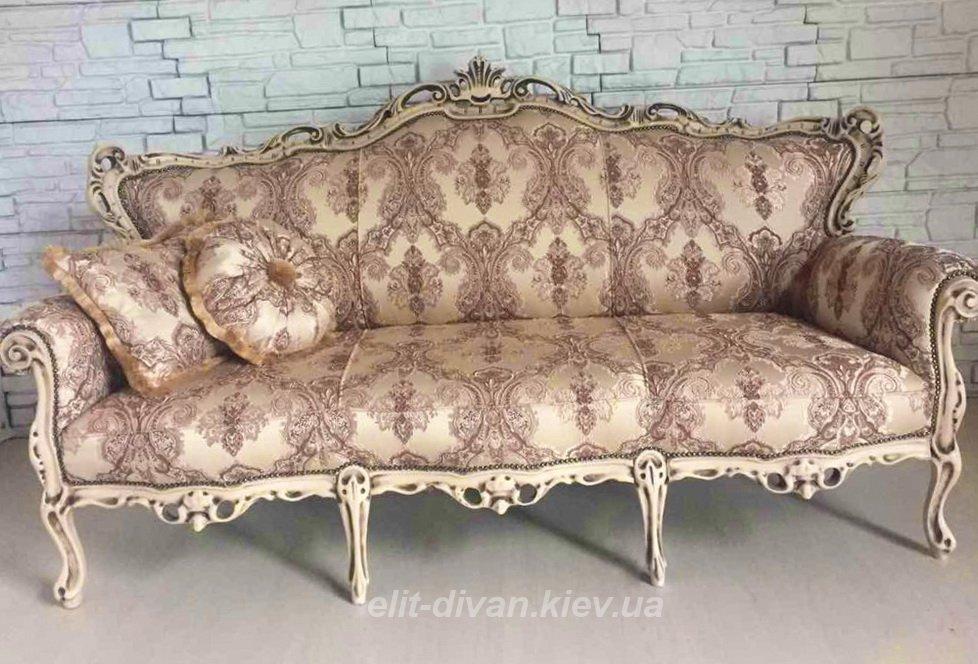 старинная софа в стиле рококо