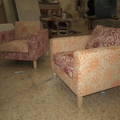 кресло с цветочным принтом