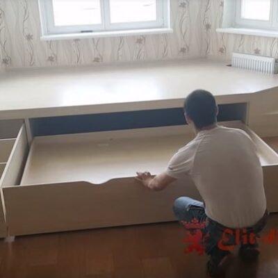 как сделать кровать подиум под окно