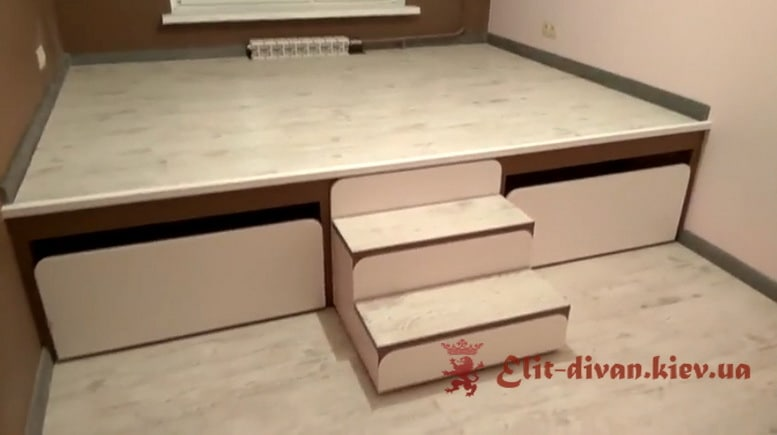 подиум с двумя выдвижными кроватями