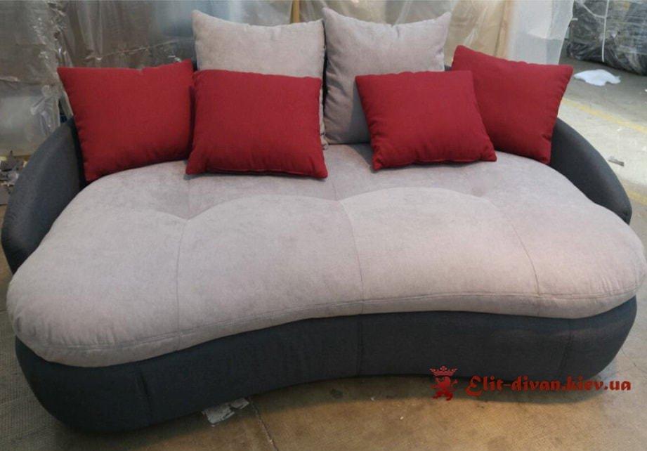 фирменный диван с подушками