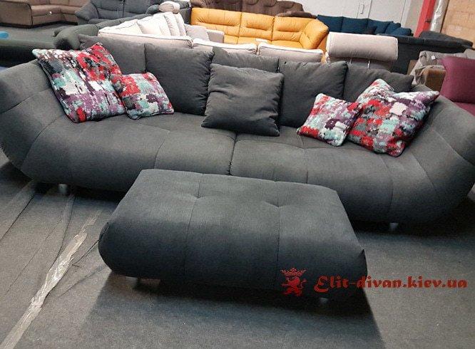 фирменный диван с квадратным пуфико