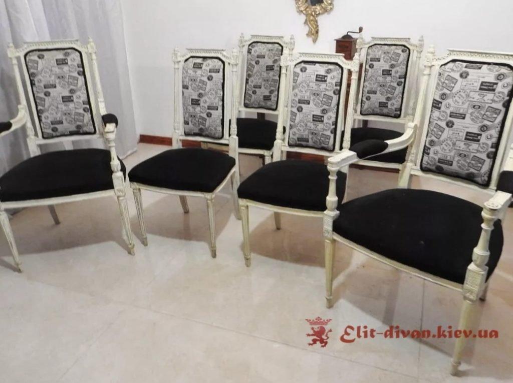 мягкие деревянные стулья
