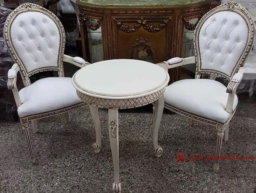 два стула и стол