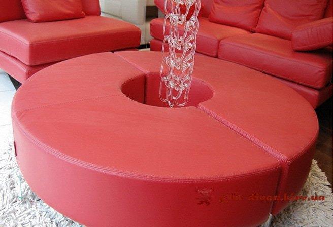 красная мягкая мебель с пуфиком круглым