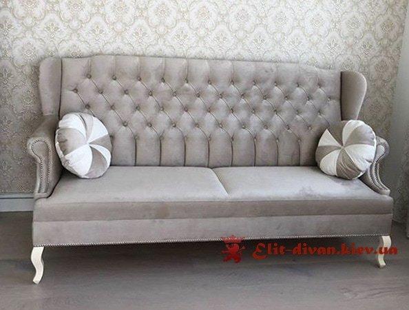 прямая мягкая мебель нежно с круглыми подушками на зака
