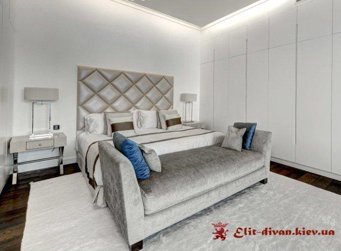 кровать с прикроватным пуфиком