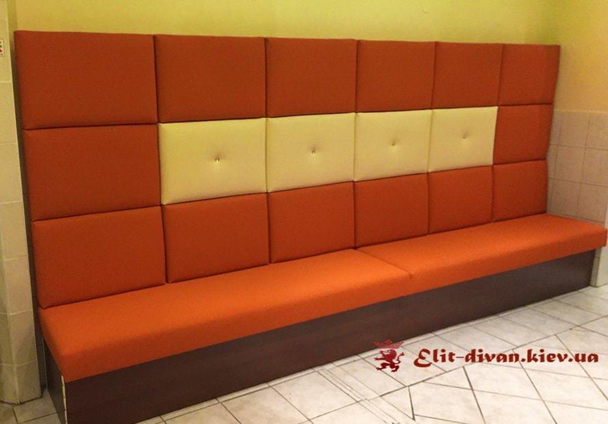 оранжевый диван в ресторан