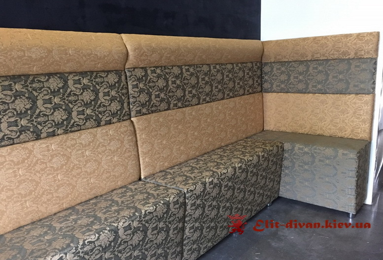 диван с узорами в кафе