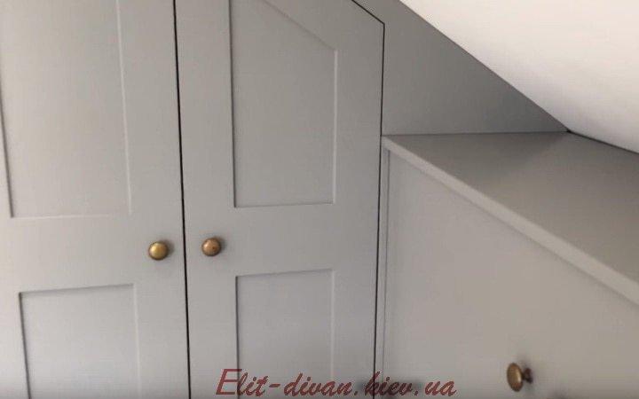 шкаф в мансарду с деревянными фасадами под заказ