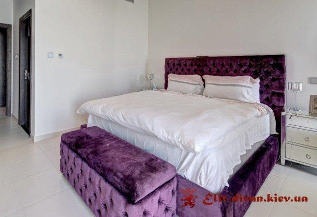 большая кровать с пуфиком под заказ