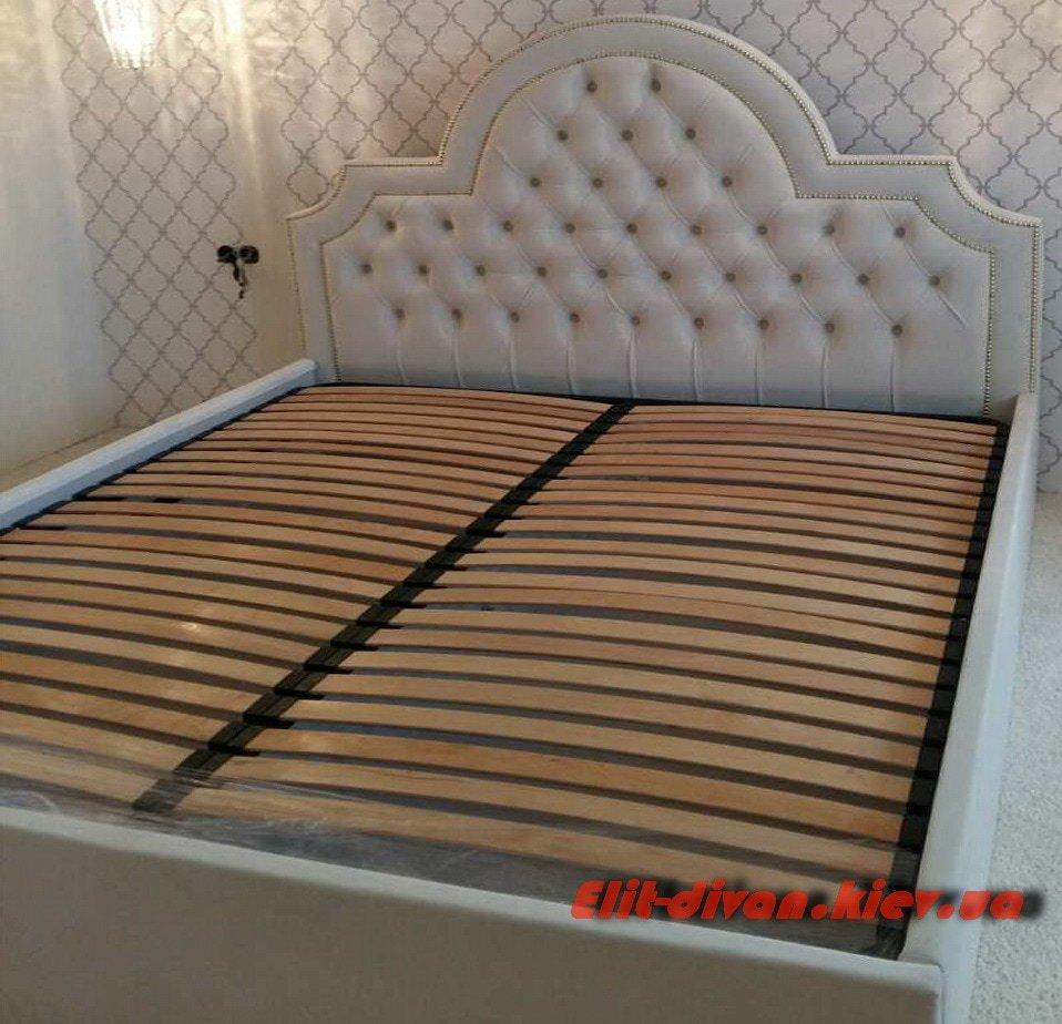 большая мягкая фирменная кровать