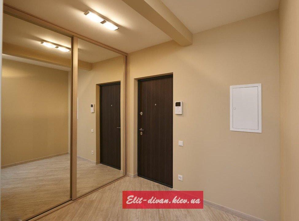 зеркальные шкаф-купе с деревянными дверями