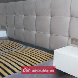 мягкая кровать с тмбочками