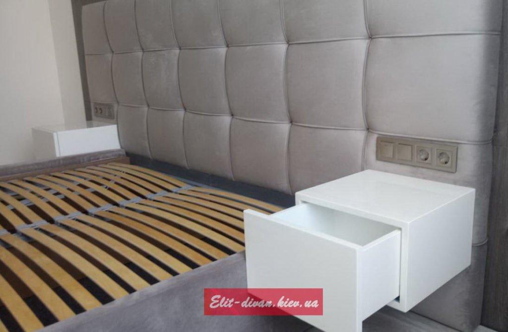 кровать с мягким изголовьем и подвесными тумбами