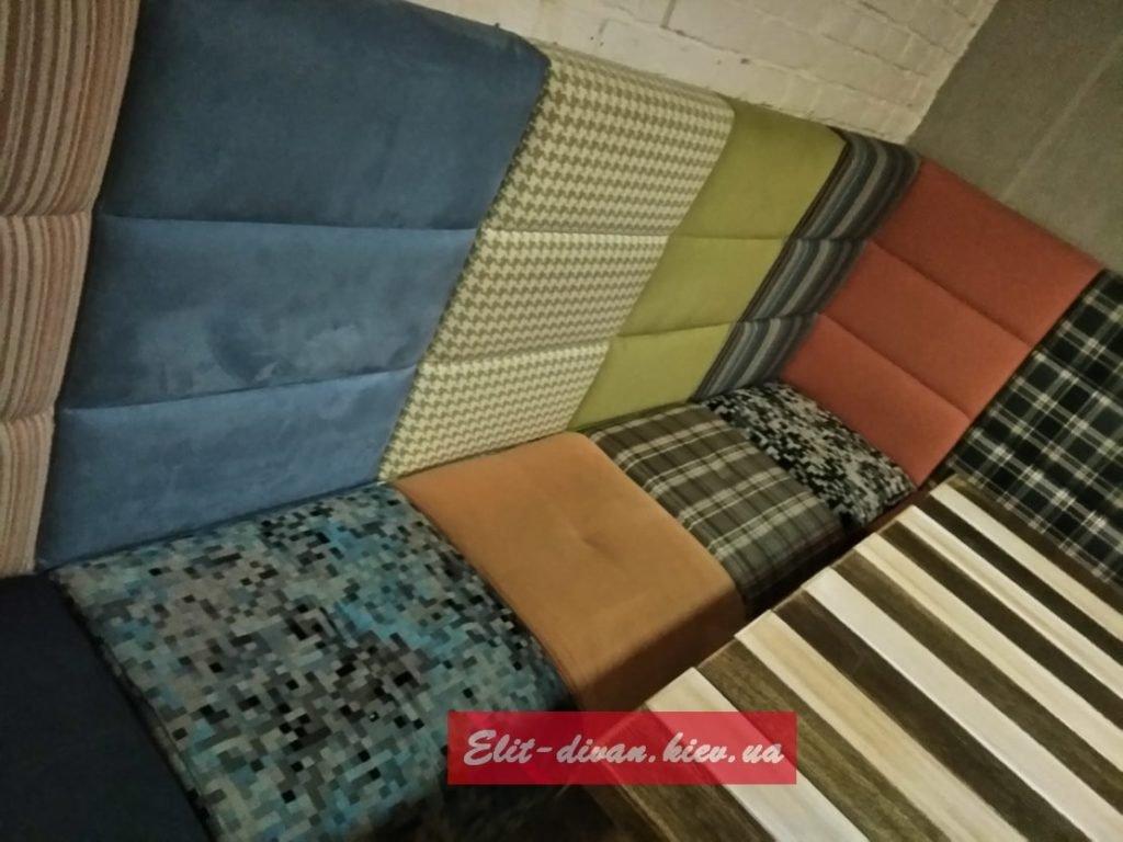 мягка мебель в кафе из разных тканей