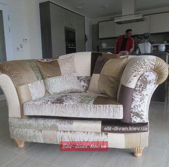 кресло из кусков кожи