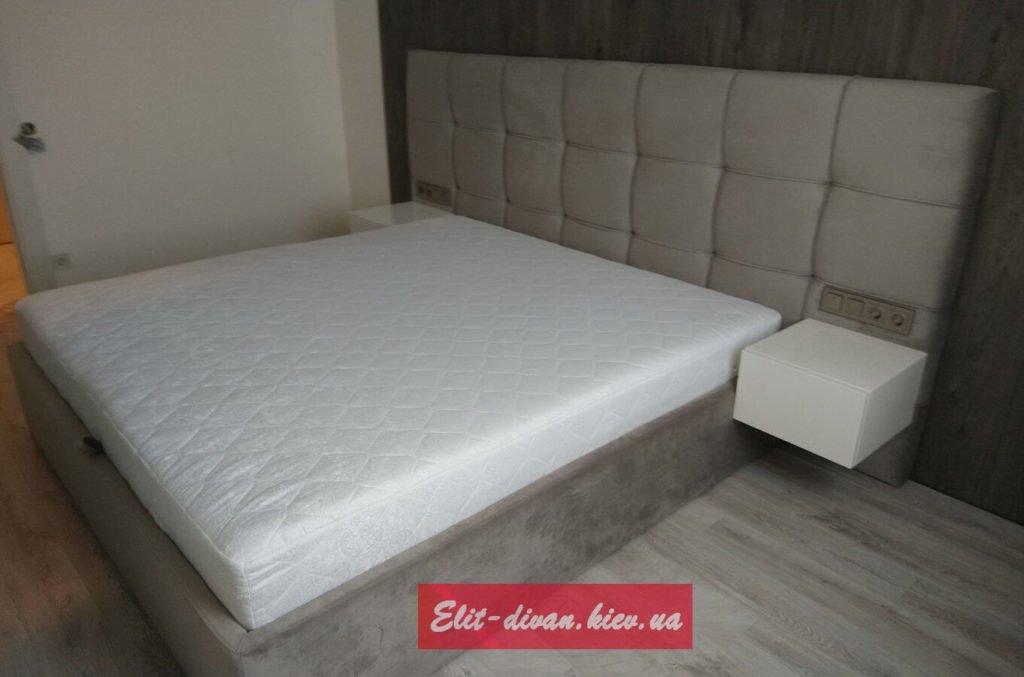 серая мягкая кровать