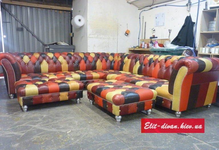 Кольоровий кутовий диван у вітальню