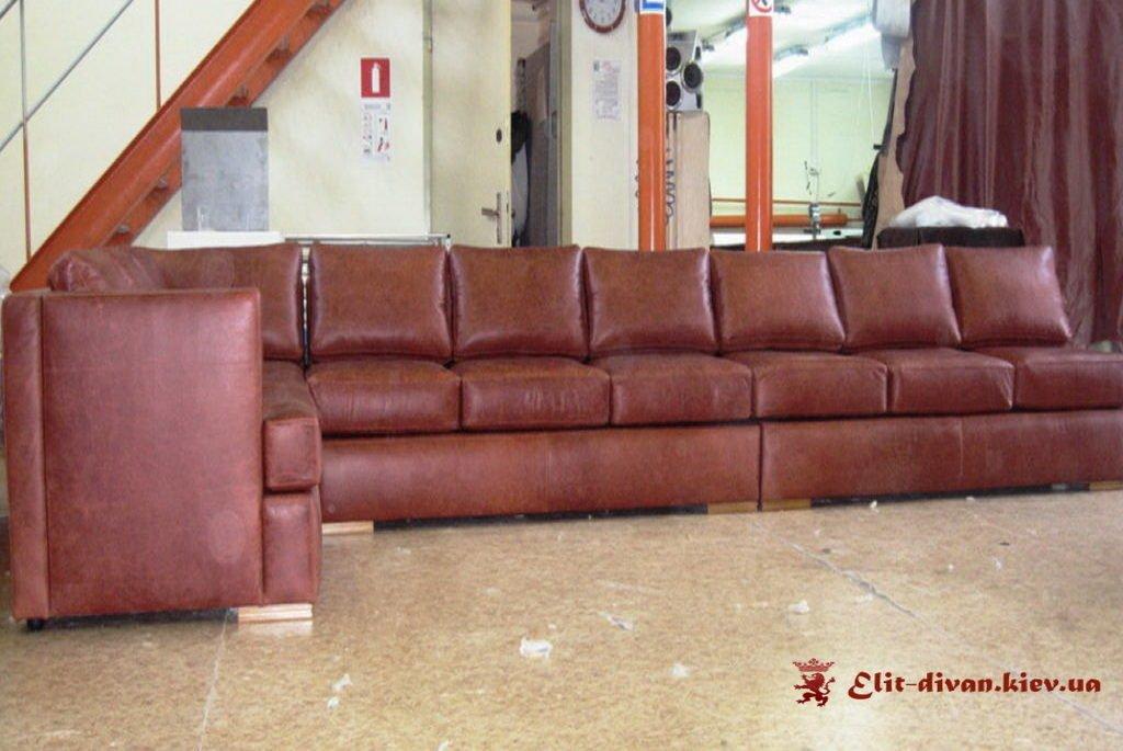 диван прямий форми червоного кольору