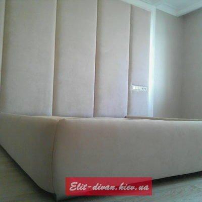 мягкая кровать с высоким изголовьем