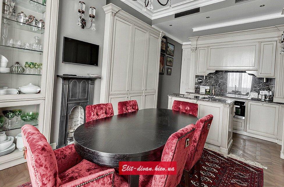 дереянная кухня со столом под заказ с резьбой