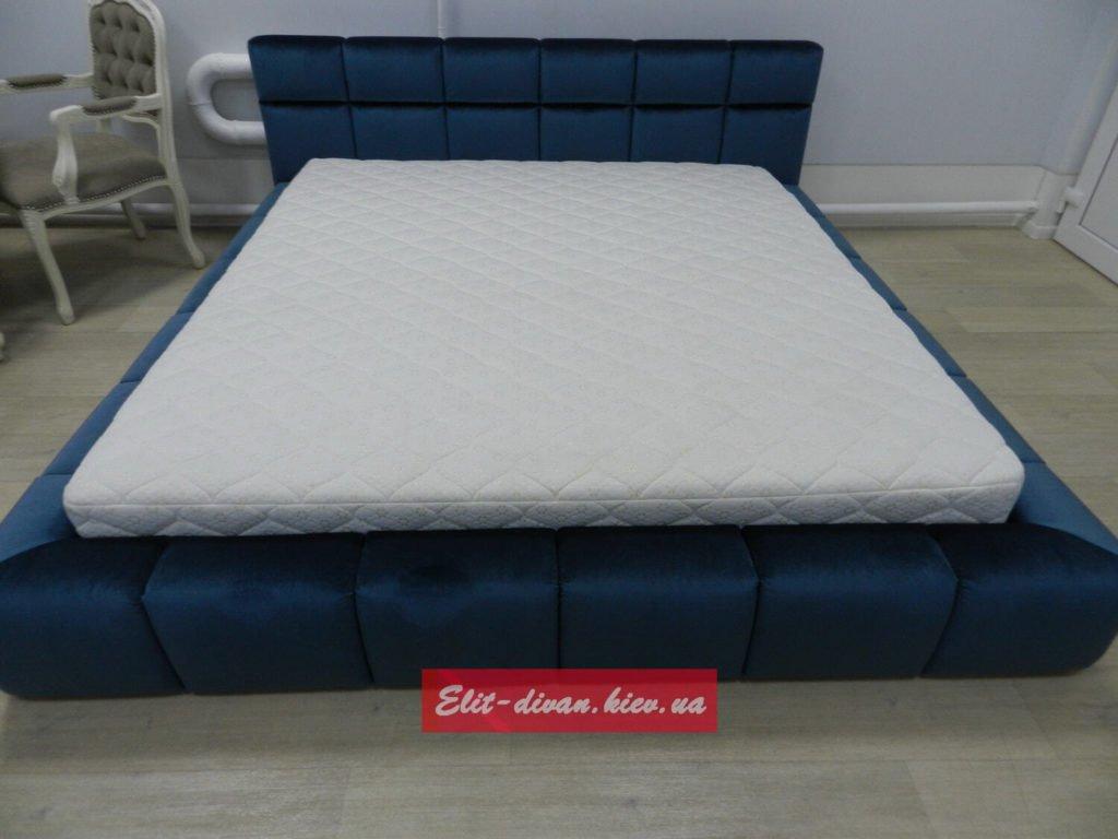 синяя голубая кровать