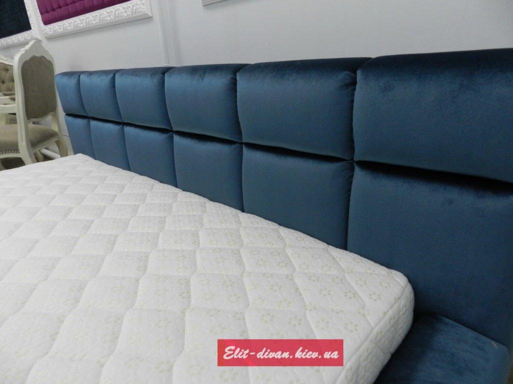 Фотография синей кровати