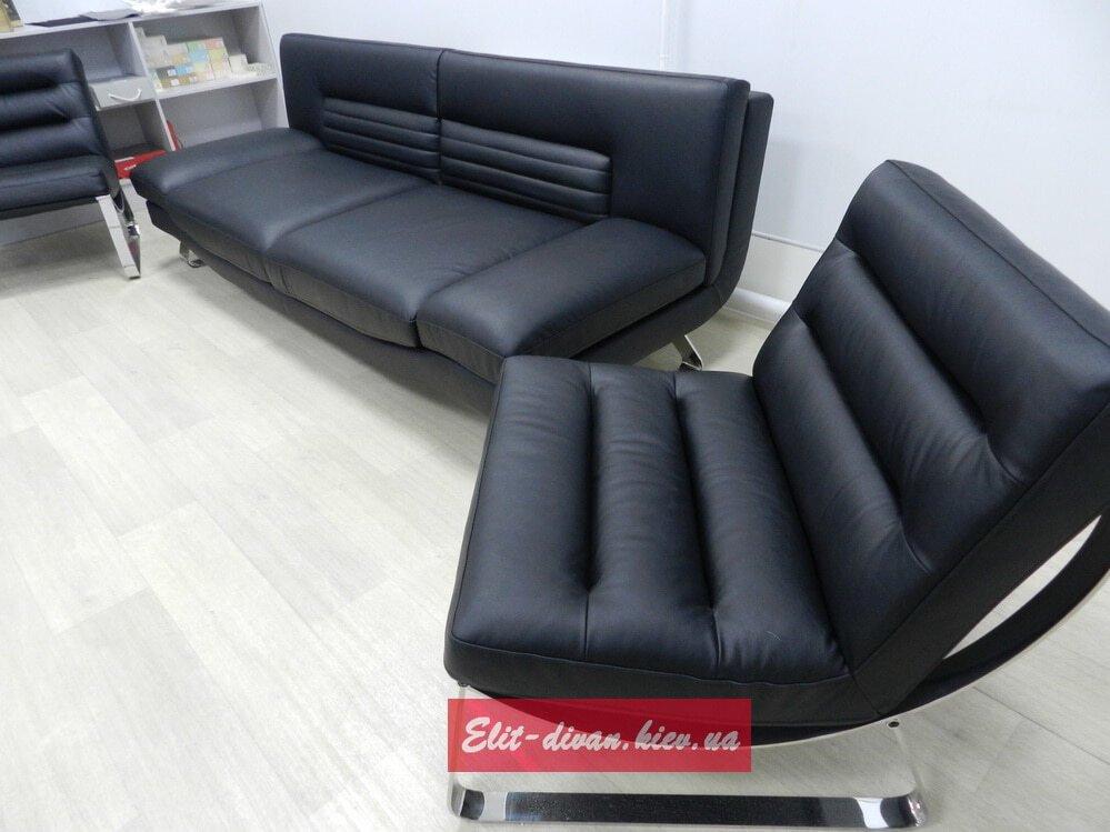 черный диван с хромированными ножками