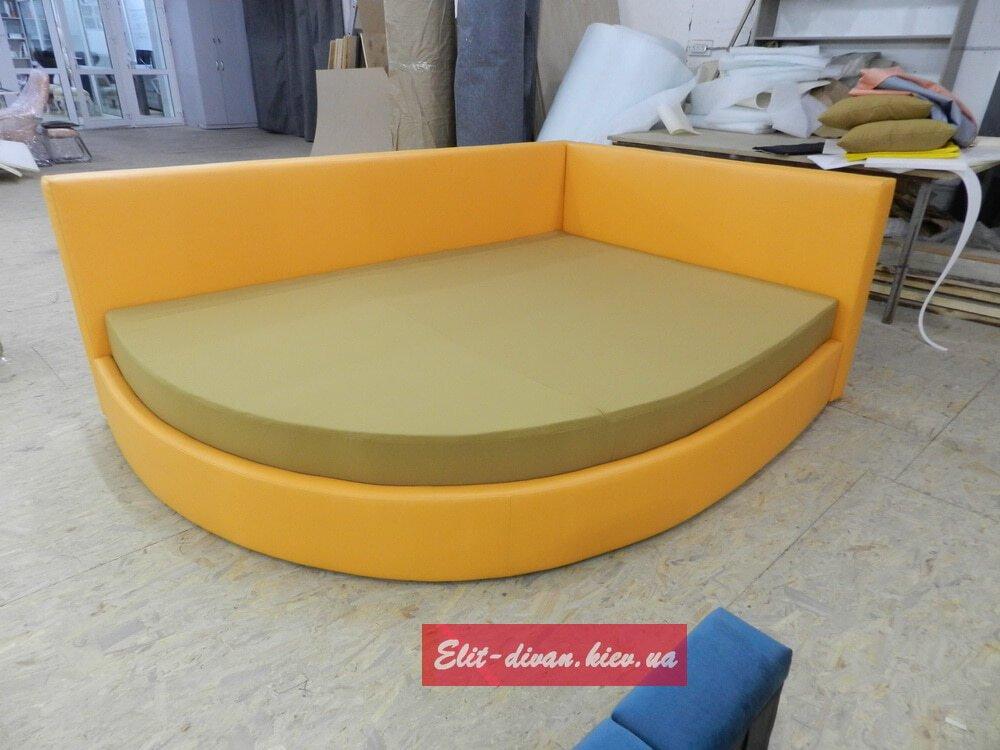 радиусная кровать оранжевого цвета