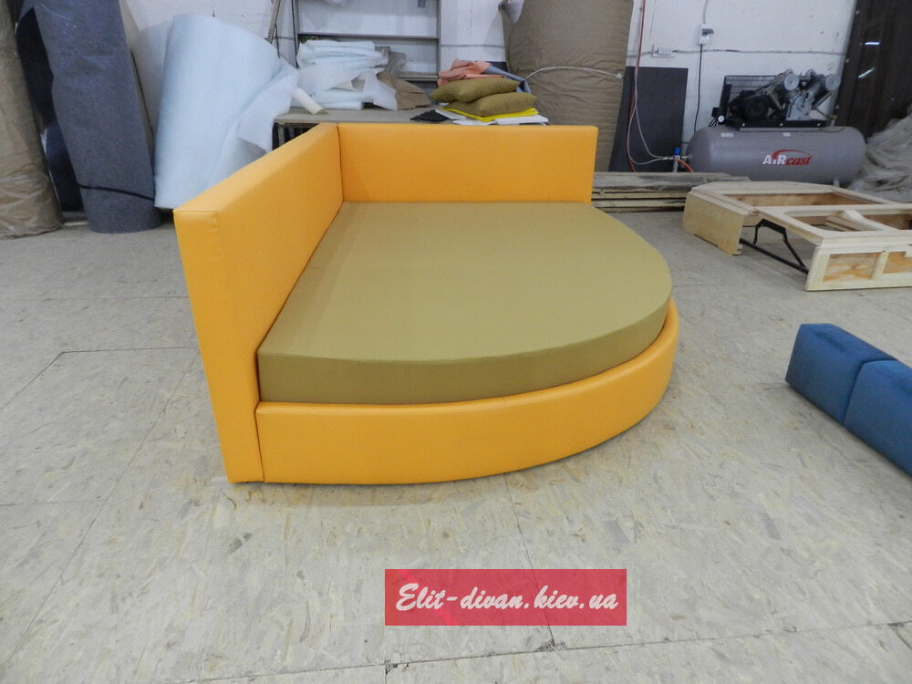 оранжевый полукруглый диван