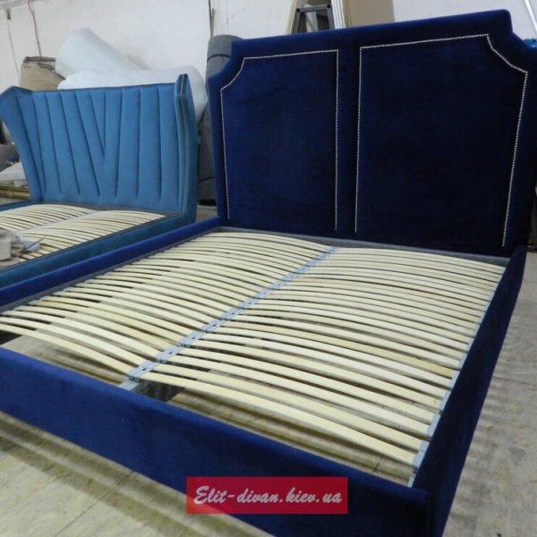 синя широкая кровать