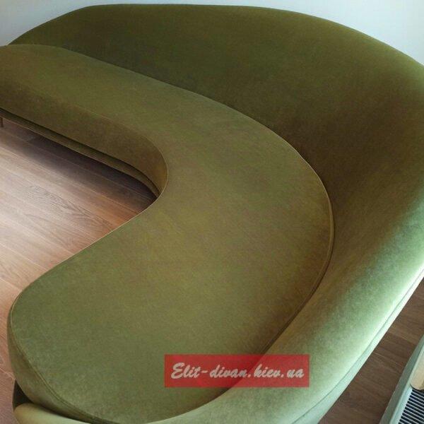 круглый диван горчишного цвета