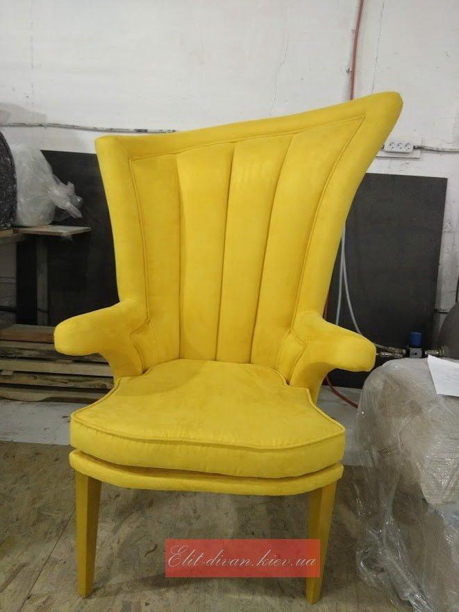 желтое кресо с высокой спинкой